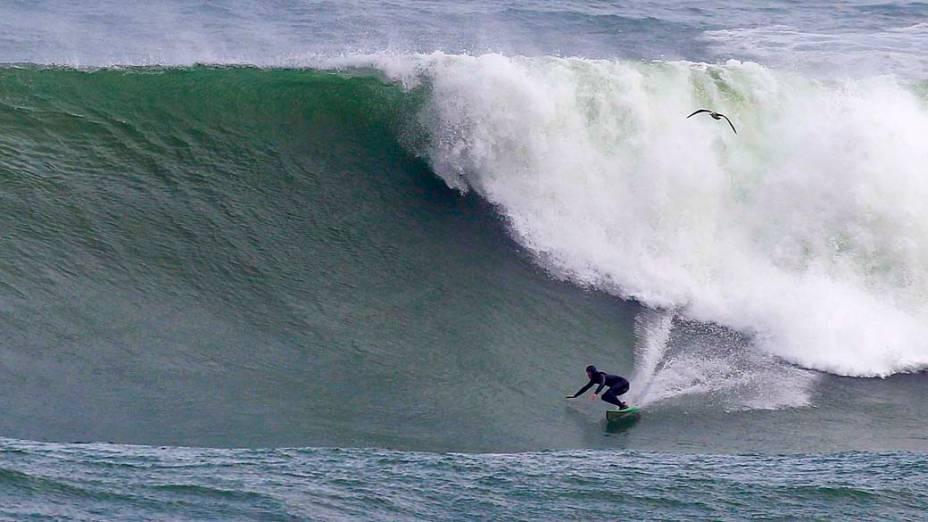 O africano Mike Schlebach surfa na Cidade do Cabo, África do Sul