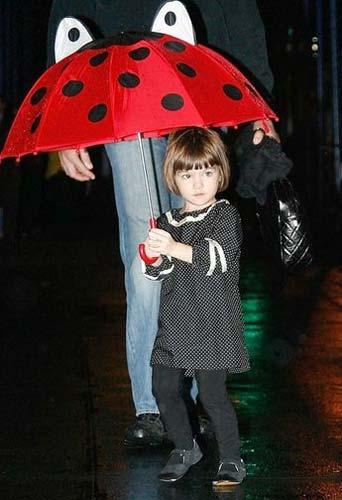 Até o guarda-chuva de Suri tem estilo.