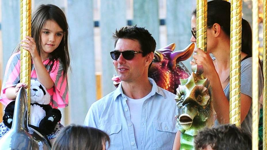 Tom Cruise, Katie Holmes e Suri no carrossel em parque de diversões na cidade de Pittsburgh, na Pensilvânia