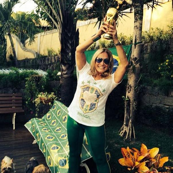 Suzana Vieira aparece com taça para torcer pelo Brasil