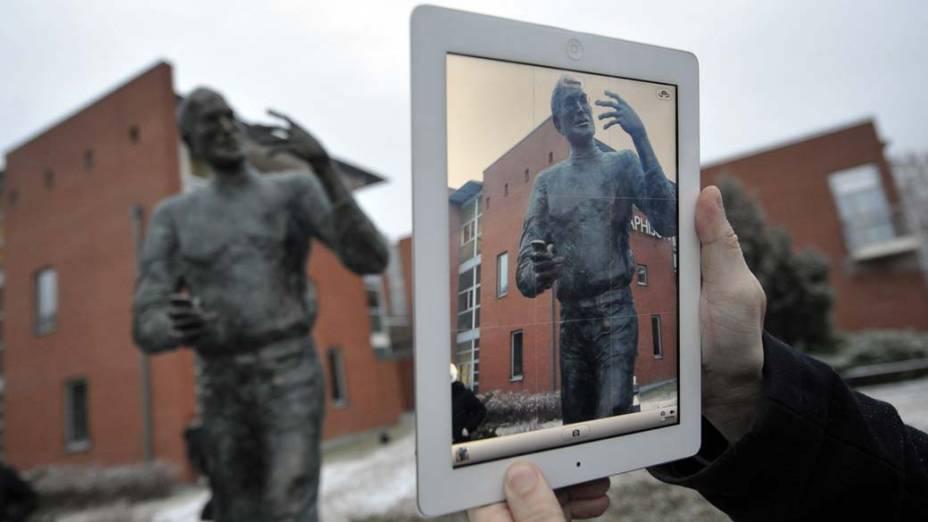 Visitante fotografa estátua de Steve Jobs com um iPad em Budapeste, Hungria