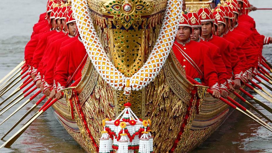 Tailandeses remam barco real durante cerimônia no rio Chao Phraya, em Bancoc. A procissão tem como objetivo enfatizar a importância da água para o país