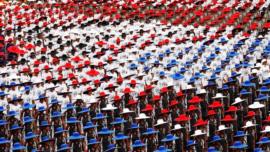 Pessoas desfilam com chapéus nas cores da bandeira nacional de Taiwan durante as celebrações pelo Dia Nacional