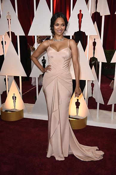 A atriz Zoe Saldana no tapete vermelho do Oscar 2015