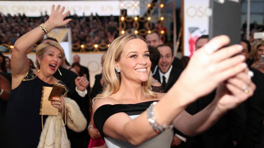 Reese Witherspoon chega à cerimônia do Oscar 2015