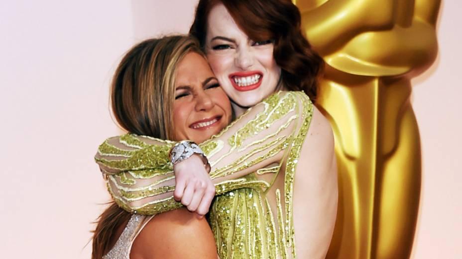 Emma Stone agarra Jennifer Aniston no tapete vermelho do Oscar 2015