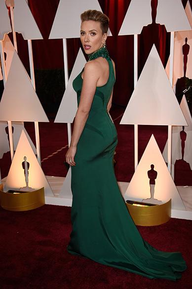 A atriz Scarlett Johansson no tapete vermelho do Oscar 2015