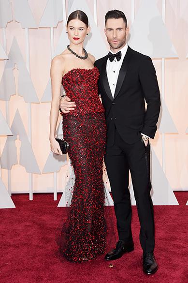 Adam Levine e sua namorada Behati Prinsloo chegam à cerimônia do Oscar