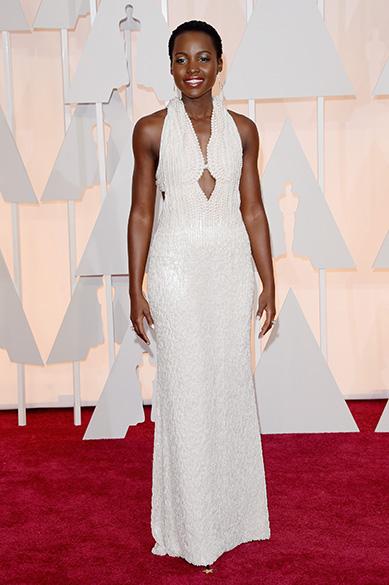 A atriz Lupita Nyongo no tapete vermelho do Oscar 2015