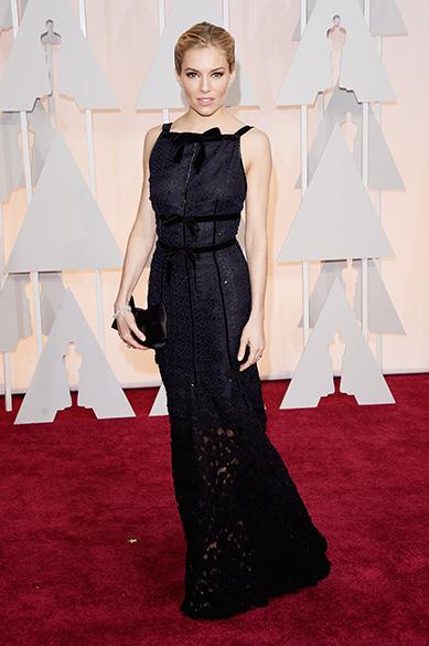 Sienna Miller, de Sniper americano, chega à cerimônia do Oscar 2015