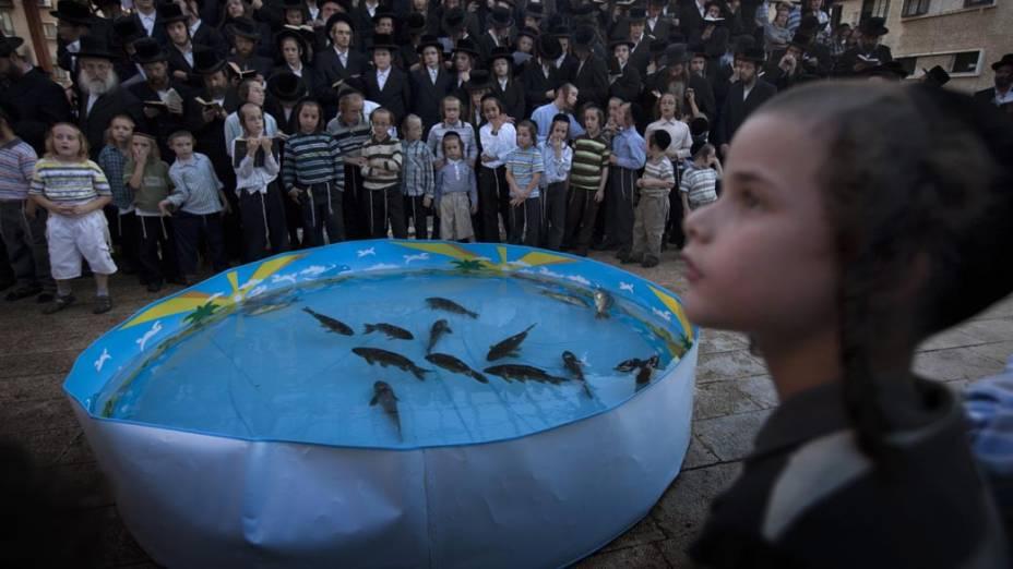 Judeus ultra-ortodoxos durante o ritual Tashlich, em Israel