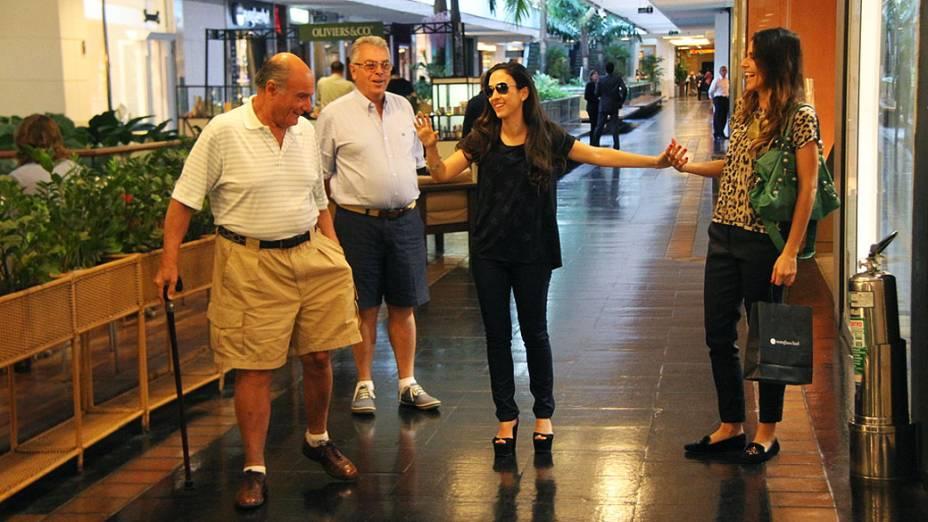 Tata Werneck a Valdirene da novela Amor a Vida encarna personagem na vida real e dá em cima de senhores em shopping do Rio de Janeiro