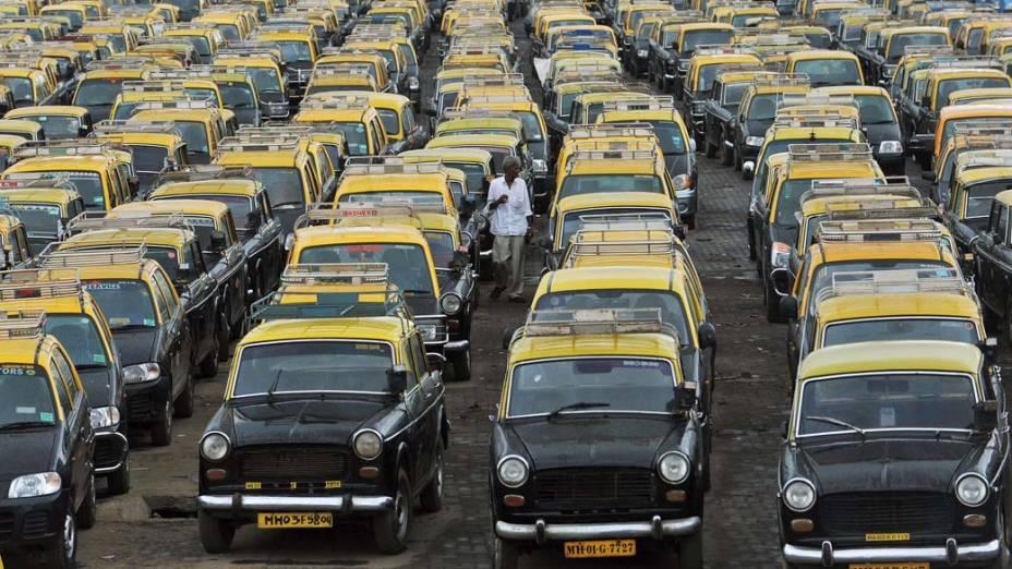 Taxista no estacionamento do aeroporto de Mumbai, na Índia