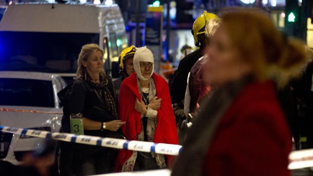 Pessoas são socorridas após desabamento de parte do teto do Teatro Apollo, em Londres