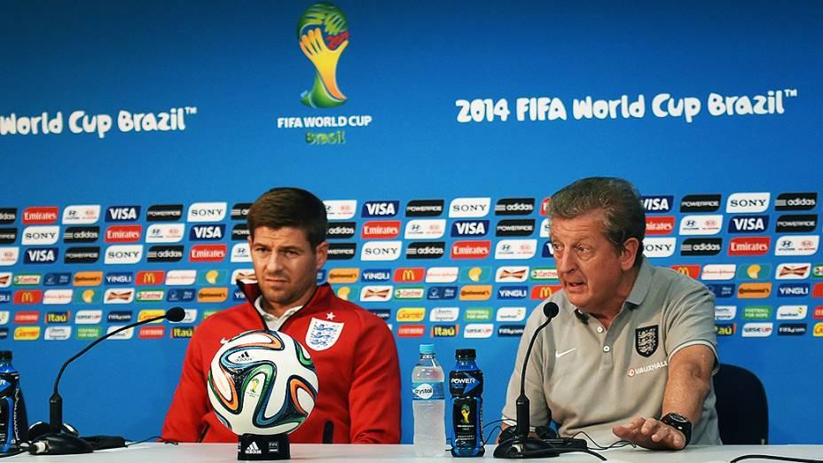 O jogador Steven Gerrard e o técnico Roy Hodgson, da seleção inglesa, durante coletiva de imprensa em Manaus
