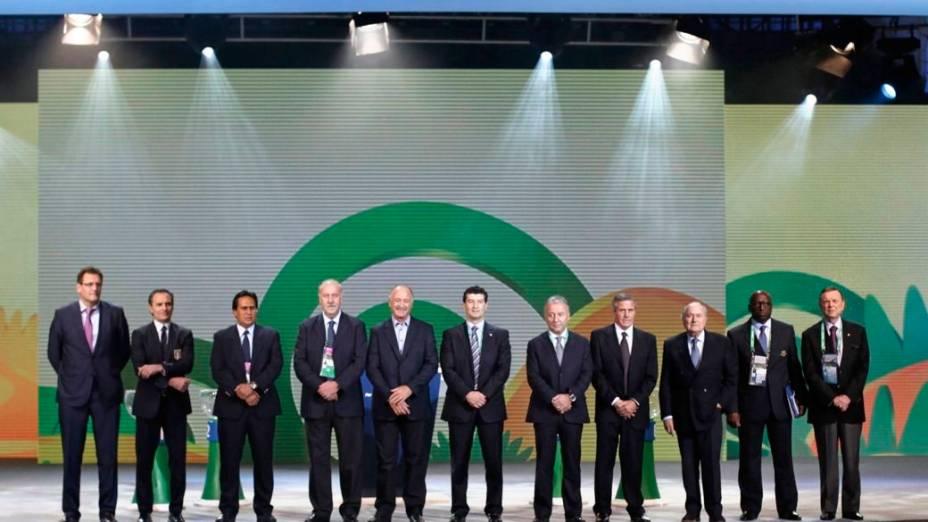 Dirigentes da Fifa, técnicos das seleções participantes e o presidente da CBF, José Maria Marin, posam para fotos no palco do sorteio dos grupos da Copa das Confederações, que acontece no sábado, em São Paulo