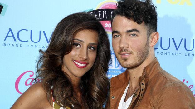 Kevin Jonas com sua esposa, no Teen Choice Awards