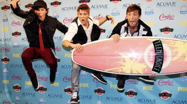 O grupo Emblem3 comemora prêmio no Teen Choice Awards
