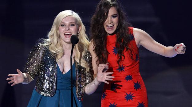 As atrizes Abigail Breslin e Hailee Steinfeld apresentam prêmio no Teen Choice Awards