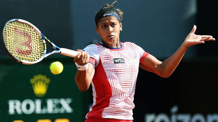A brasileira Teliana Pereira durante partida contra a tenista checa Klara Zakopalova