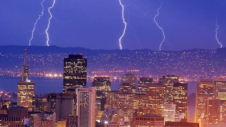 Raios sobre as colinas de Oakland, na Califórnia, em primeiro plano a cidade de São Francisco
