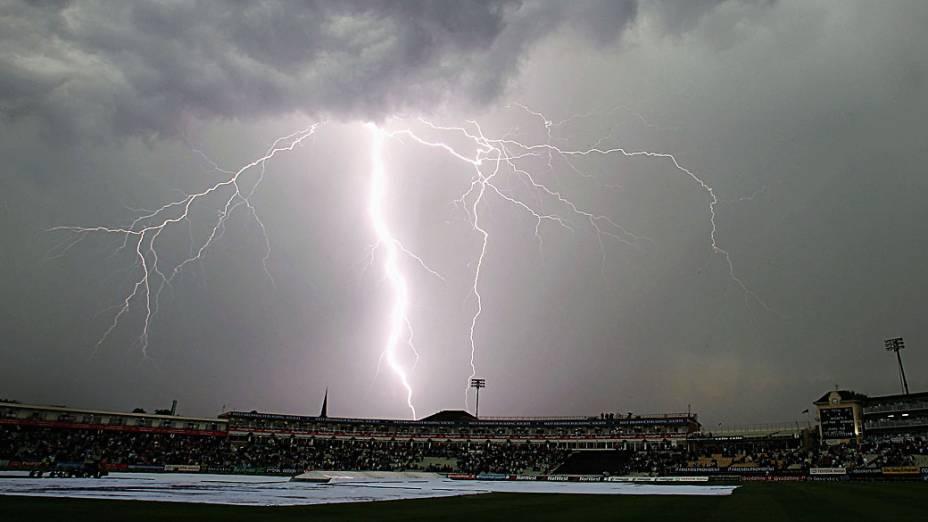 <br><br>  Tempestade de raios próxima a um estádio de cricket em Birmingham, Inglaterra<br><br>