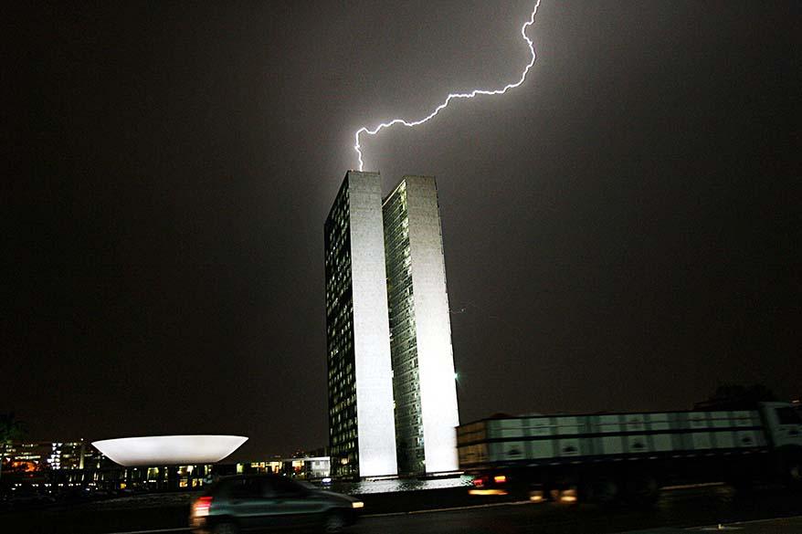 Chuva e raios atinge o edifício do Congresso Nacional em Brasília