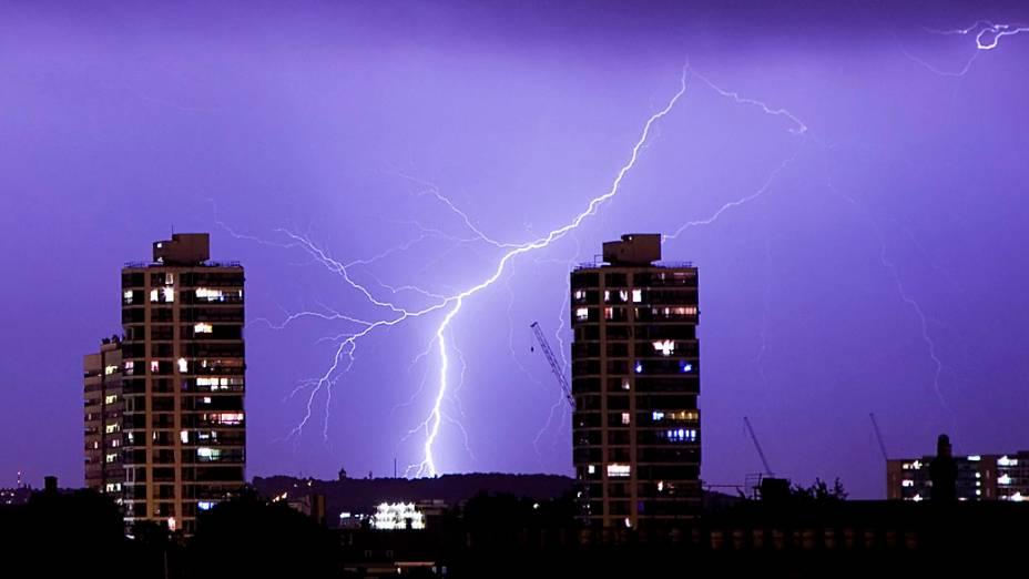 Tempestade ilumina o céu durante a noite no sul de Londres