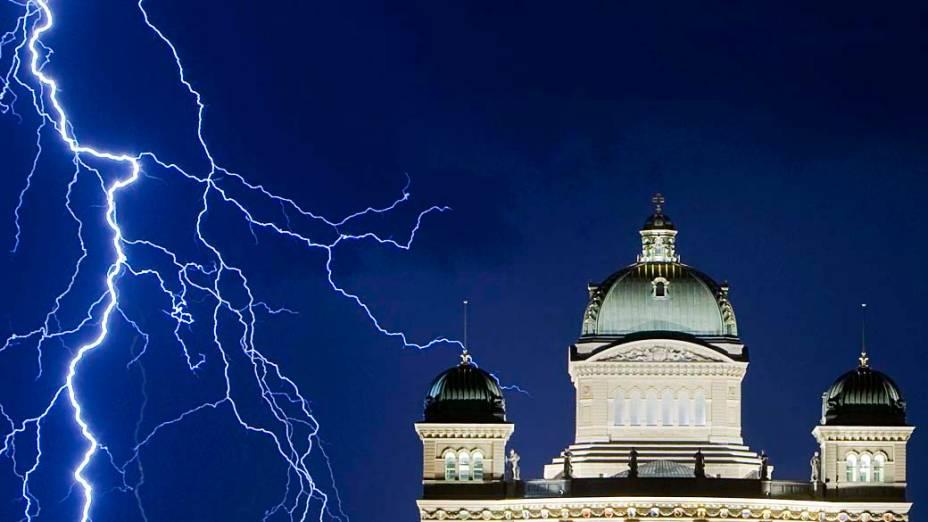 Relâmpago ilumina o céu durante uma tempestade sobre o Palácio Federal suíço em Berna