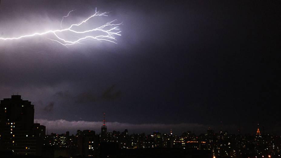 Raios cortam o céu da cidade de São Paulo, vista da região da Mooca