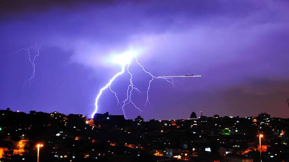 Raios na rota de aviões em Congonhas durante forte chuva na Zona sul de São Paulo no início de noite