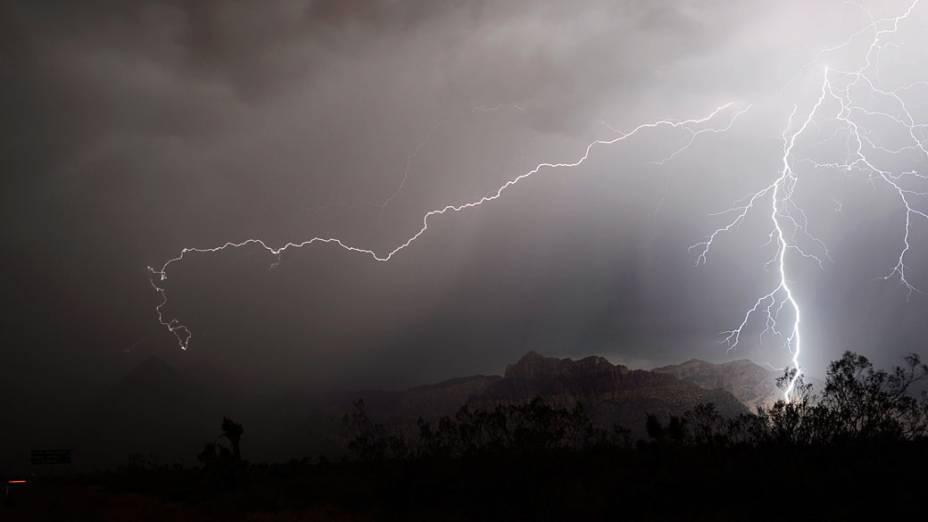 Relâmpagos vistos no Red Rock Canyon área de conservação durante uma tempestade em Las Vegas, Nevada