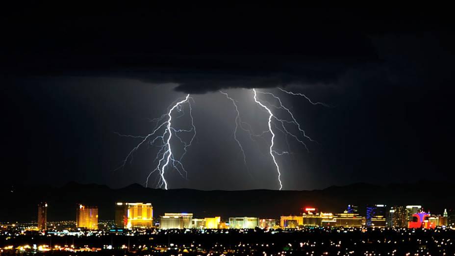 Relâmpagos vistos durante uma tempestade em Las Vegas, Nevada