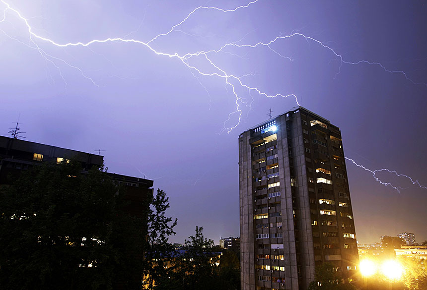 Raios atingem edifícios em Belgrado, Sérvia