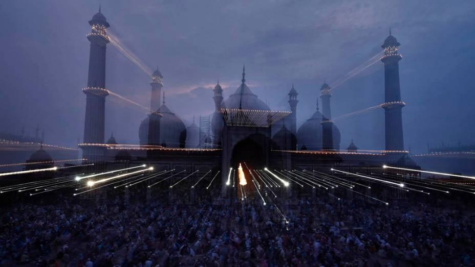 Muçulmanos durante oração na Grande Mesquita, na Índia