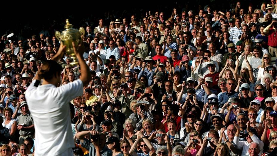 Roger Federer saúda o público após a vitória sobre Andy Roddick na final do torneio de Wimbledon em 2004