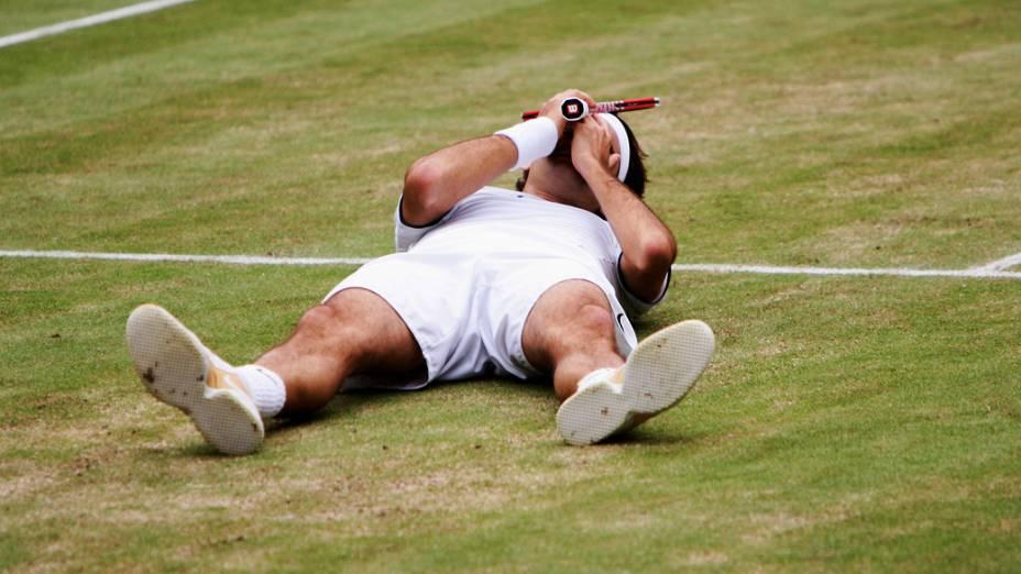Roger Federer desaba na quadra após a conquista do torneio de Wimbledon em 2005
