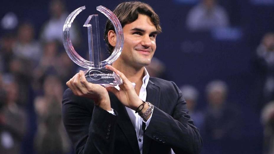 Roger Federer posa para os fotógrafos após vencer o ATP World Tour Finals, que era chamado de Tennis Masters Cup, em Xangai, o suíço é o maior campeão do torneio que reúne os melhores tenistas da temporada
