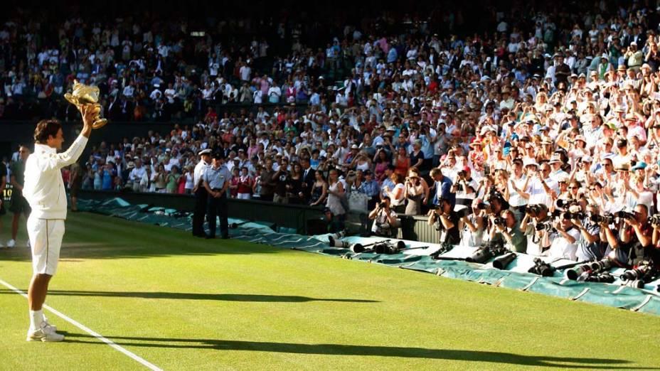 Roger Federer saúda o público após a vitória sobre Andy Roddick na final do torneio de Wimbledon em 2009