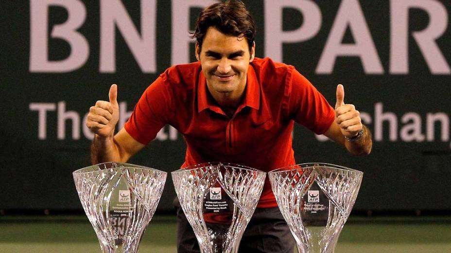 Roger Federer posa com os troféus de Jogador do Ano da ATP, do prêmio Stefan Edberg de Desportividade e o de jogador favorito do público pelo site da ATP em Indian Wells, Califórnia, 2010