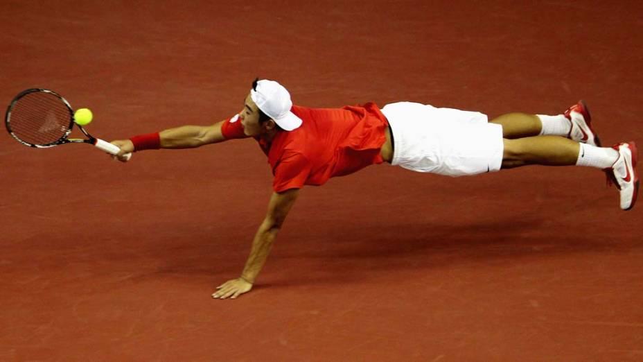 O tenista chinês Zhang Ze durante partida contra o australiano Bernard Tomic na Copa Davis, em Pequim, China