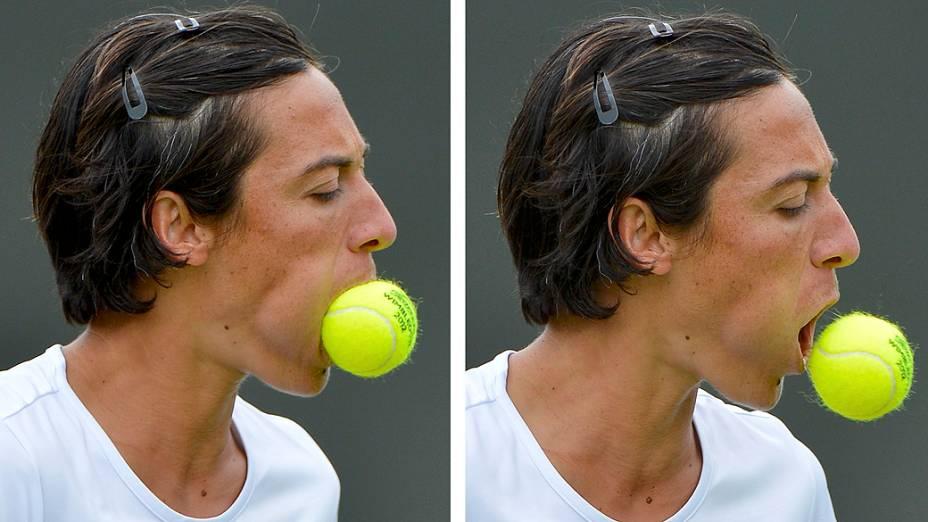 Tenista italiana Francesca schiavone com bola na boca durante torneio de wimbledon