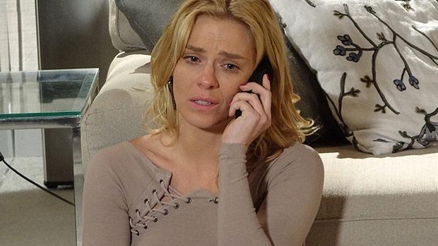 Teodora (Carolina Dieckmann) é abandonada pelo marido, Wallace (Dudu Azevedo) e liga para Quinzé (Malvino Salvador), em <em>Fina Estampa</em>