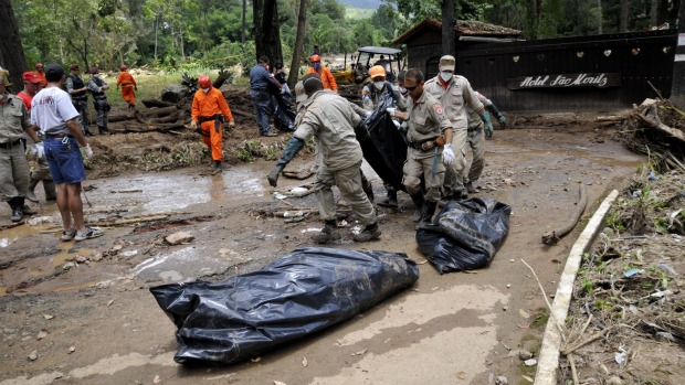 Equipes resgatam corpos na margem da Estrada Teresopólis-Friburgo