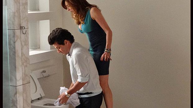 Tereza Cristina (Christiane Torloni) e seu mordomo, Crô (Marcelo Serrado) sabotam mansão de Griselda, em Fina Estampa