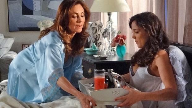 Tereza Cristina (Christiane Torloni) serve café para a filha, Patrícia (Adriana Birolli), em Fina Estampa
