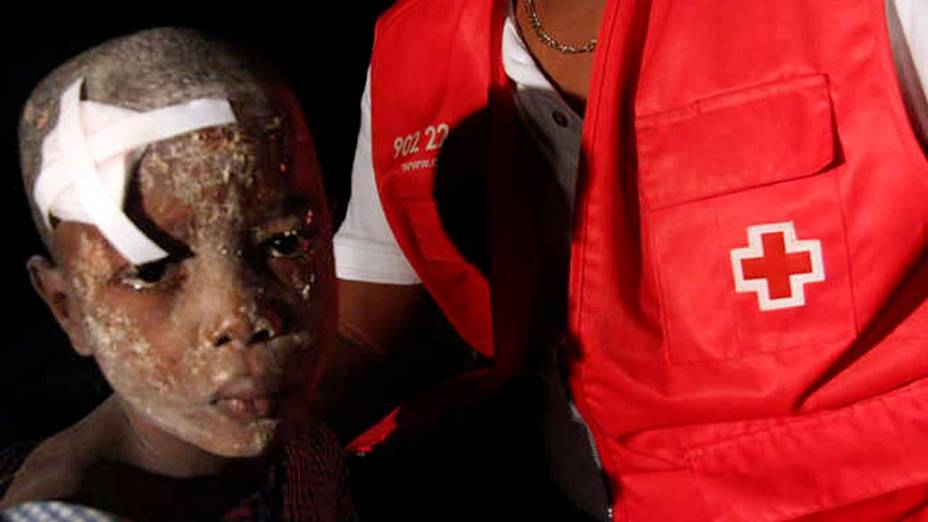 Haitiano recebe os primeiros-socorros da Cruz Vermelha após ser resgatado, em 13 de janeiro