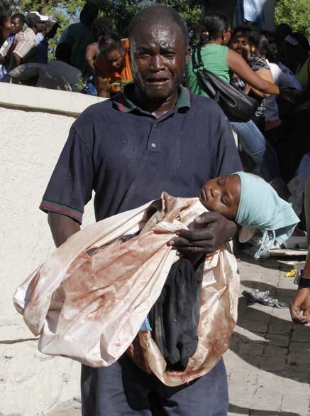 Pai lamenta a morte da filha, vítima do terremoto que devastou Porto Príncipe, Haiti, em janeiro