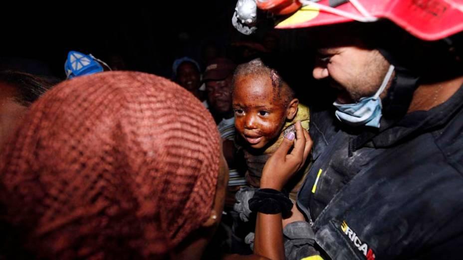 Criança de dois anos reencontra a mãe depois de ter ficado dois dias sob os escombros causados pelo terremoto, em Porto Príncipe, em janeiro