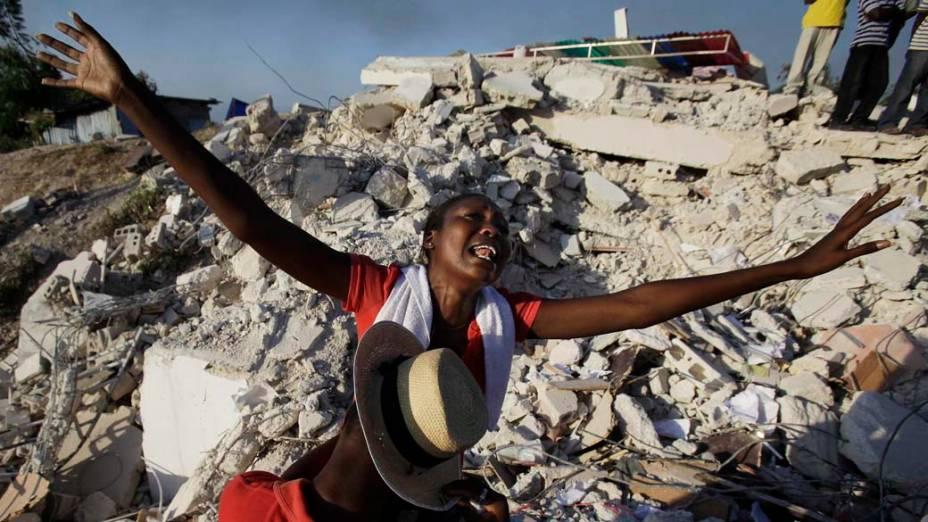 Haitiana comemora o resgate de sua irmã, que foi tirada com vida dos escombros seis dias após o terremoto de 7 graus na escala Richter